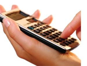 Калькулятор в руках у девушки