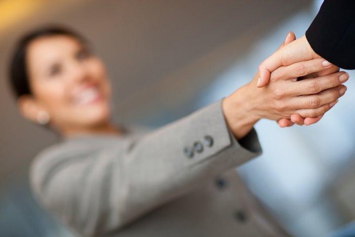 Рукопожатие девушки и руководителя