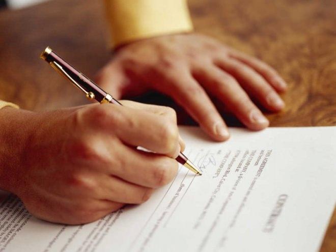 Директор подписывает документ о увольнении