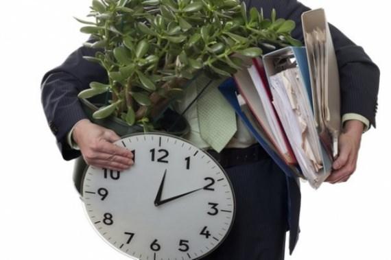 Мужчина держит часы, цветок и бумаги