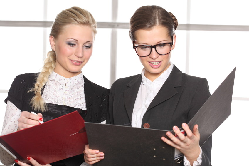Две девушки читают документы
