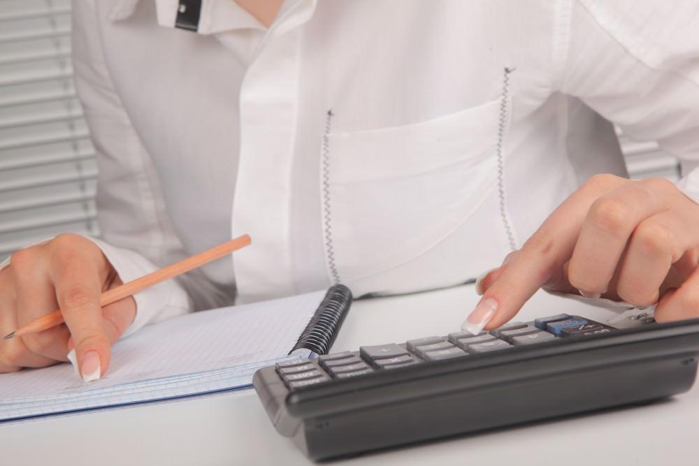 Девушка рассчитывает на калькуляторе