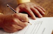 Директор подписывает документ об увольнении