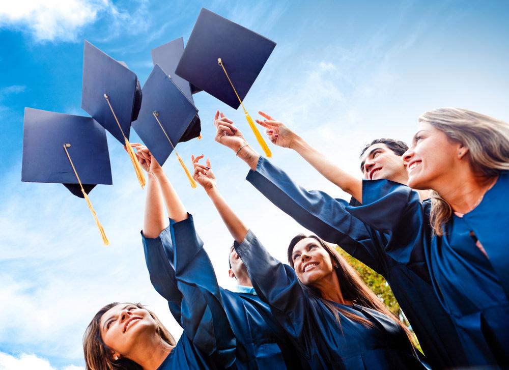 Студенты бросают вверх шляпы