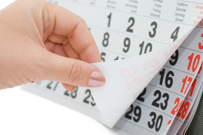 Человек перелистывает календарь