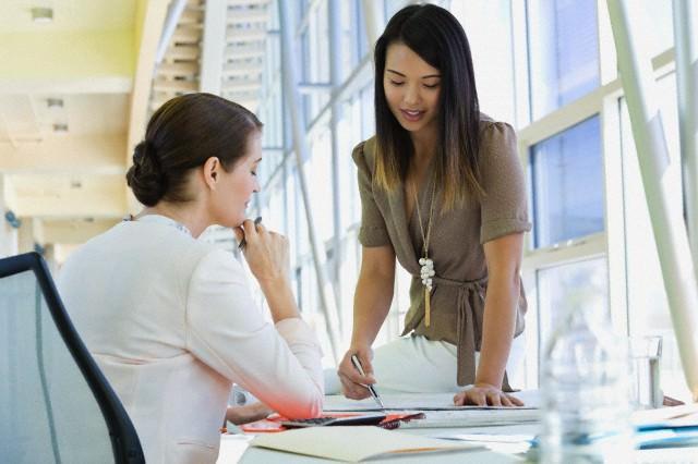 Две девушки за рабочим столом