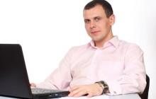 Мужчина за компьютером