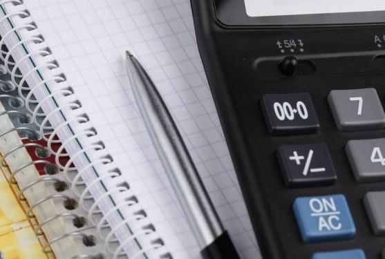 Калькулятор, ручка и блокнот