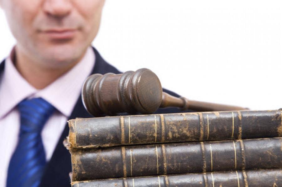 Мужчина, книги и судейский молоток