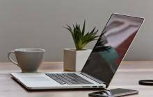 Ноутбук и телефон на столе