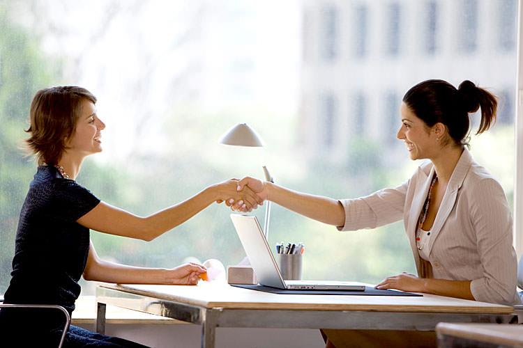 Девушки пожимают друг другу руки