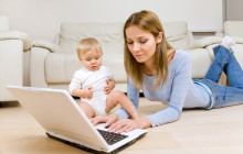 Девушка с ребенком за ноутбуком